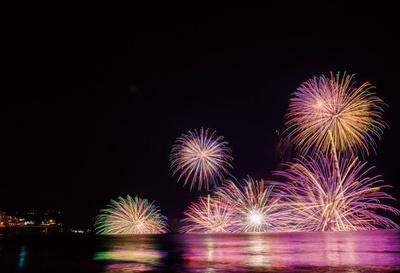 沖合に浮かぶ2隻の舟から打ち上げる花火が、海面に映えて美しい。水中スターマインは圧巻!