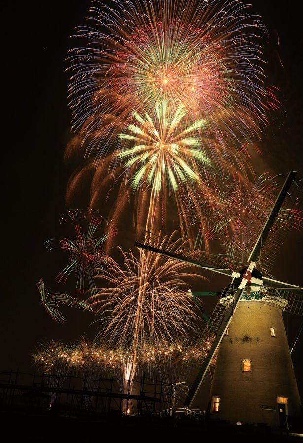10分の間に、 6000発を連発で打ち上げる「ビッグプレミアムスターマイン」、巨大な水上花火などが風車越しに次々と上がり、歓声が沸く