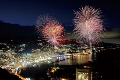 間断なく打ち上げられる5000発の花火が海上に映え、夜空を明るく染める
