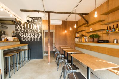 天井と床はむき出しのコンクリートで、おしゃれな木製の壁やテーブルが映える前衛的な空間だ。もちろんカフェだけの利用もOK