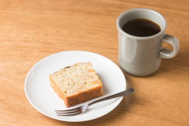 「バナナカルダモンケーキ」(350円)と「コーヒー ブレンド」(400円)。ランチタイムはセット注文で100円引きに