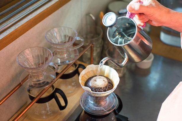コーヒーは香りを損なわないよう、注文を受けてから一杯ずつじっくりとドリップしている。「ブレンド」のほか、「エチオピア」(450円)や「ペルー」(400円)もあり