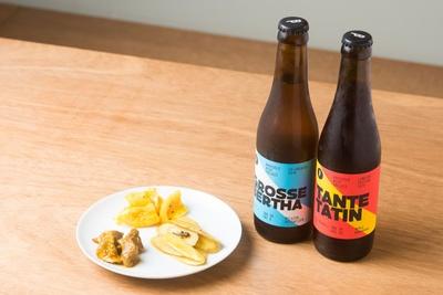 アチャールの「3種盛り合わせ」(500円)。写真は手前右から時計回りに「牛蒡」「砂肝」「レモン」。ビールは「グロスバルサ」(800円・左)と「タントタタン」(880円・右)