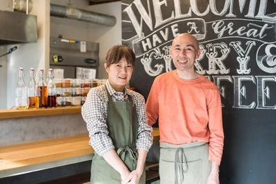 今年で結婚25周年の店主・鹿島冬生さんと仁美さん。夫婦2人で切り盛りし、ご主人がカレー、奥様がスイーツ作りをそれぞれ担当する