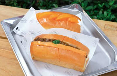 「チーズカレー」(手前・324円)、「フルーツホイップ」(奥・324円)/niko and ... COFFEE
