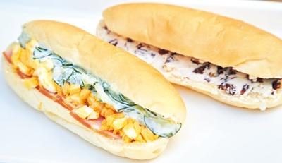 「3色コッペ」(250円・手前)、「ラムレーズンバタークリーム」(220円)/コビトパン