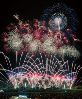 日本屈指の名花火師の競演に多くの見物客が訪れる。 スターマインをはじめ、オープニング花火のナイアガラ富士200mも必見