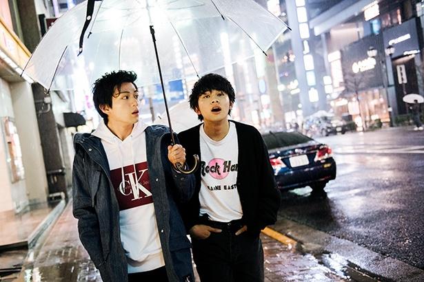 映画では見られない、新田真剣佑と北村匠海の仲良し相合い傘ショット!