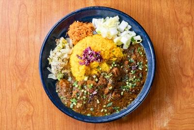 青藍の定番「スパイシーチキンカレー定食」(900円)。定食になると、カレーとターメリックライスのほかに野菜の総菜が約5種類付く。定食でない単品は800円だ