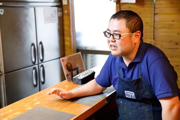 【写真を見る】店主の梶田健一さん。今でも休みの日にはカレーを食べ歩いているが、まずは店の運営を安定させて、いずれはイベントや様々なコラボレーションをしたいと語る