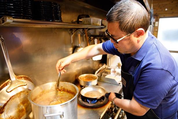 提供直前に、油で熱したスパイスとソースをブレンド。スパイスと聞くと辛さを想像するかもしれないが、同店では主役はあくまでも香りなので必要以上に辛くない