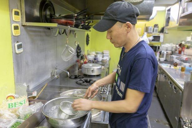 冷たいフォーは、麺を冷水でシメることでぎゅっと弾力がアップ。米粉入りの乾麺は、ヘルシーで腹持ちがいいのもポイント