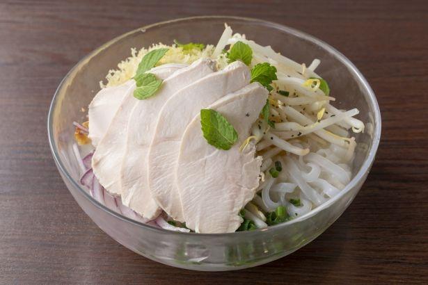 ひんやり冷たいスープがさわやかな、鶏スープの「ミントが香る冷しフォー・ガー」(平日ランチセット1000円、土日は1300円、ディナー単品950円)