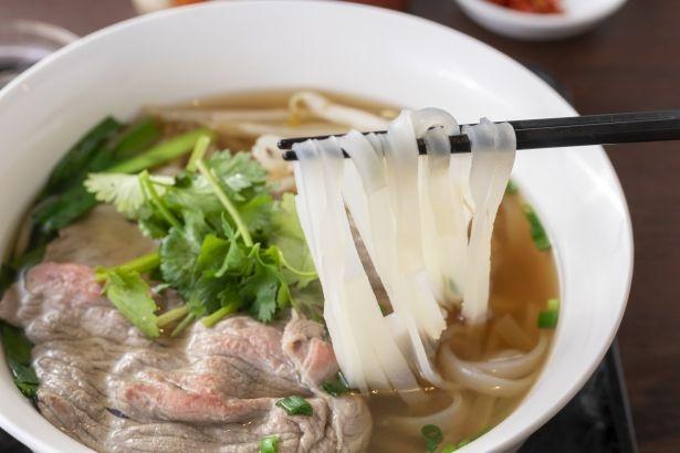 麺は歯切れがよく、ぎゅっと弾力がある。ミディアムレアに炙った牛肉も豪快!