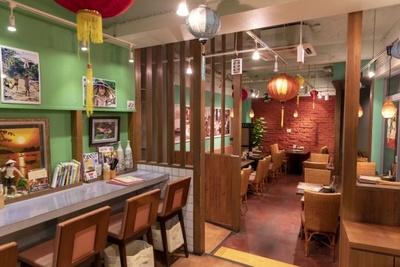内装はベトナムにあったカフェを参考にしたそう。壁にはスタッフが撮影した現地の写真が飾られている