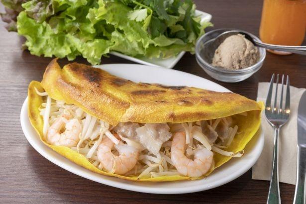【写真を見る】ベトナムの定番ローカル料理「バインセオ〜ベトナム風お好み焼き」(1100円)