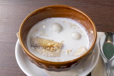 温かいココナッツミルクに黒ゴマを練り込んだ団子とバナナが入った「黒ゴマだんごとバナナのチェー」(550円)