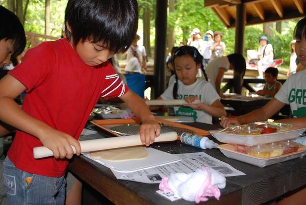【写真を見る】子どもや初心者でも安心して参加できる「手作りピザ教室」