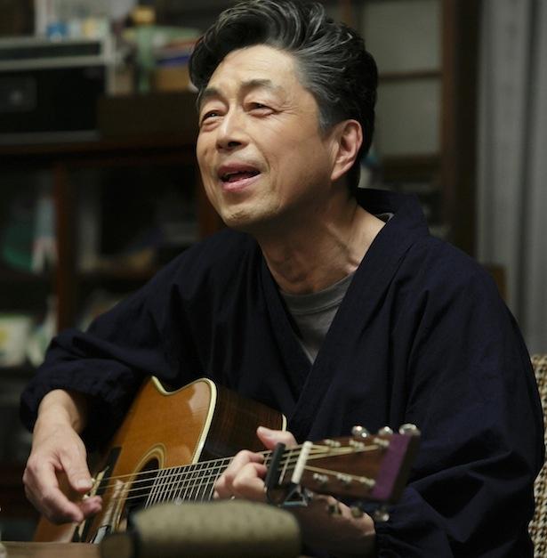 【写真を見る】話題となった仙吉(中村雅俊)の歌唱シーン!
