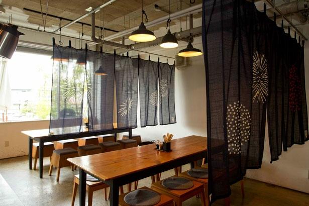 「ボン花火」の2階席はのれんで穏やかに区切られた空間のため、落ち着いて食事を楽しめる