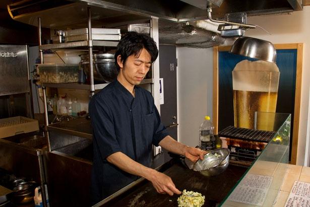 料理長の佐藤竜世さん。手際よく料理を作っていく