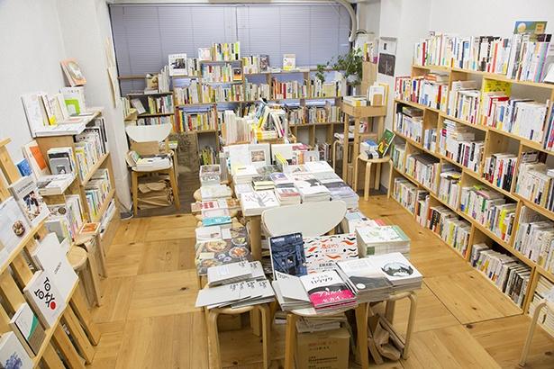 中央のテーブルとその周りを囲むように配置された本棚は、各スペースでなんとなくテーマを決めているそう