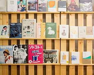 手作りの本棚には雑誌や文芸誌のほか、仕事や働き方、暮らしに関する本が並ぶ