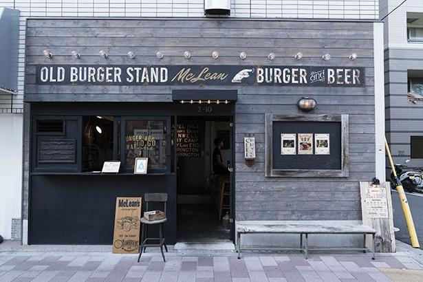 【写真を見る】店のデザインは、店主の落合さん自らがプロデュース。外のベンチでは隅田川を見ながらバーガーにかぶりつくのもよし