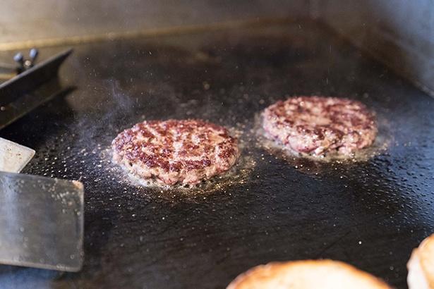 【写真を見る】肉の味と肉汁がしっかりと感じられるパテは、全体の味の要。赤身と脂肪分の割合が絶妙なパテに塩胡椒を丁寧にふって、両面をこんがりと焼く