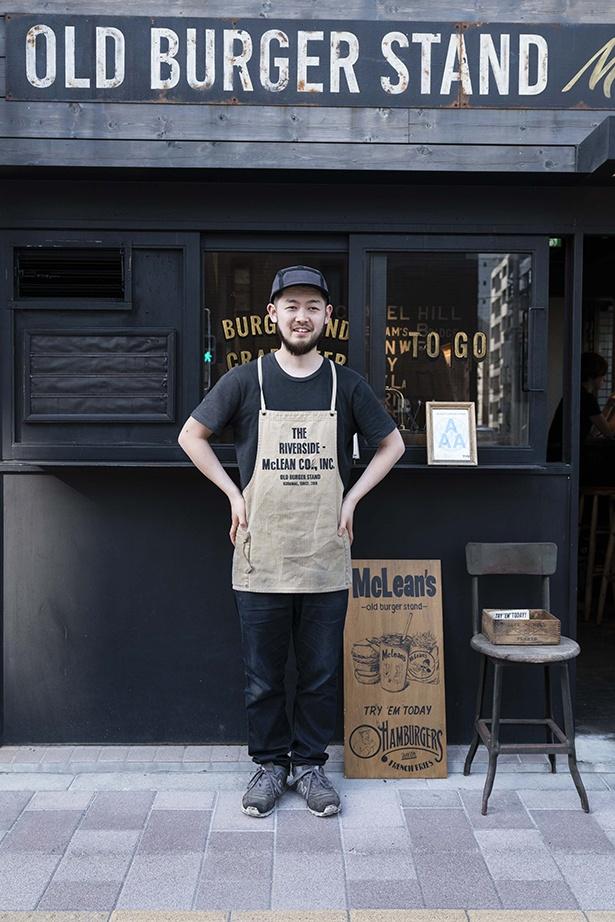 「マクレーン」オーナーの落合浩平さん。真夏の厨房の暑さに耐えられず短くカットしたというオリジナルエプロンがいい感じ