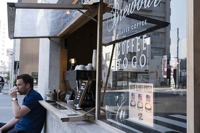 【写真を見る】店外から気軽にオーダーできる「リーブスコーヒーアパートメント」。フルーティな浅煎りが特徴で、「マクレーン」のハンバーガーとの相性も抜群
