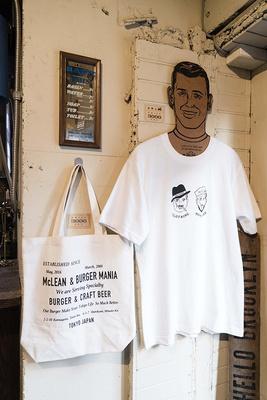 「マクレーン」ではオリジナルTシャツやバッグ(各3000円)も販売。オーナーの落合さんがアパレル出身だけに完成度が高く物欲をかき立てられる