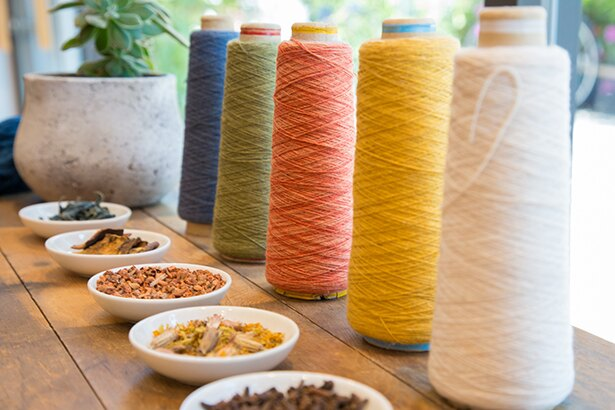 【写真を見る】草木染めした糸も販売。洋服や小物など手づくりも楽しめる