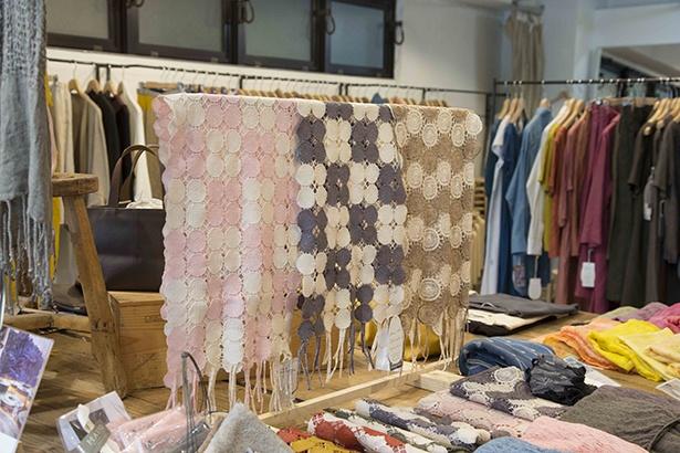 桐生の刺繍工場でトップ染の草木染め糸をミシン刺繍したストール。草木染めのエンプロイマフラー アリウム・ドット(1万800円)