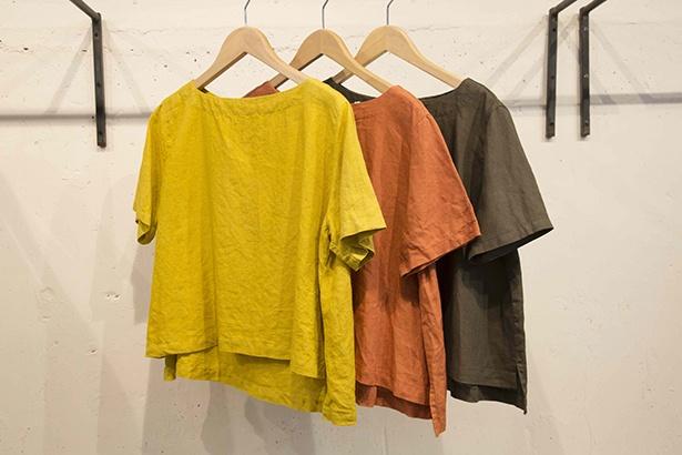 リネンのやさしい肌触りのトップスはコーディネートしやすいデザイン。草木染 リネン半袖プル