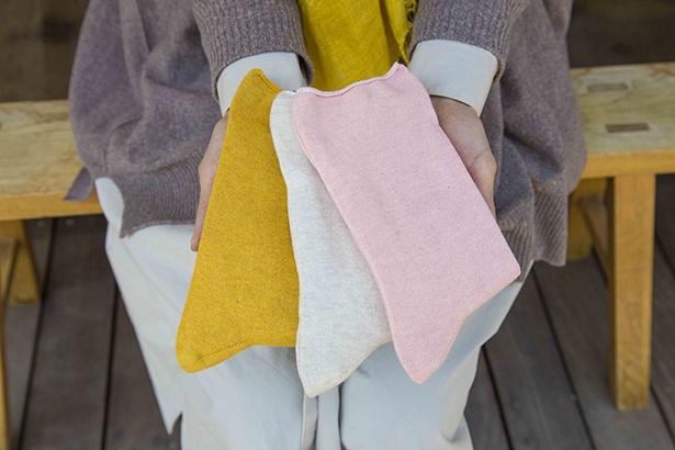 【写真を見る】草木染め糸をシンプルに編み上げたソックスは定番の人気商品。履き心地もよく、色持ちするのが特徴。草木染めのゆったりソックス(各1728円)
