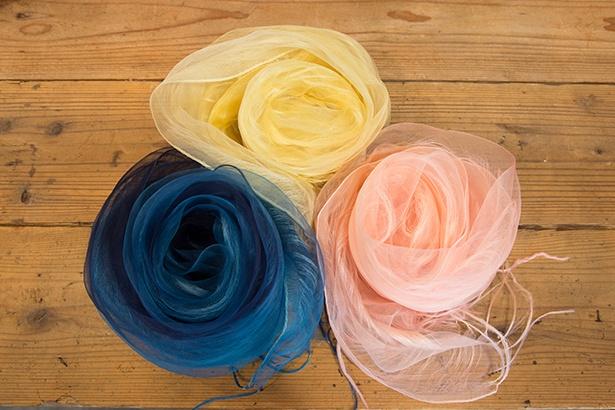 草木染めの絹二重羽衣ストール。(小1万2960円、大2万1600円)。二重に織り上げたシルクのストールをグラデーションに染め上げた一品。カジュアルからフォーマルまでポイント使いを楽しめる