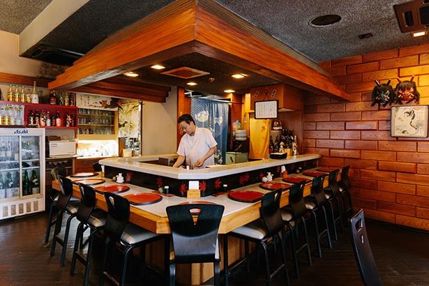 「高尾」の12席あるカウンター席では、手際良く天ぷらを揚げていく職人技を見ながら、アツアツの天ぷらをいただける特等席