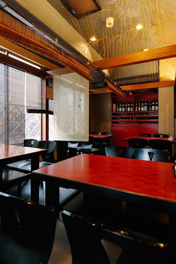 赤×黒を基調にした落ち着いた店内。創業当時と変わらぬ雰囲気で出迎えてく