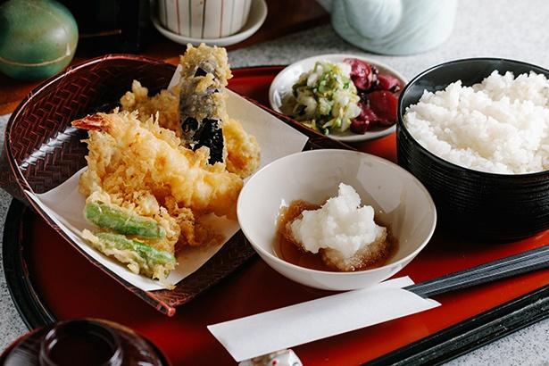 秘伝の天つゆでいただく一番人気の天芙良定食(950円、エビ・キス・イカ・シシトウ・カボチャ・ナス)