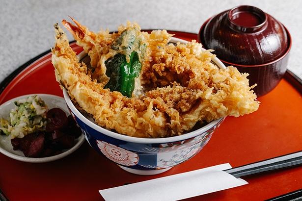 【写真を見る】海老穴子丼(950円)は、丼からはみ出る迫力満点の一杯!男性でも大満足のボリュームだ
