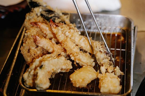 髙橋さんの手によって、次々と手際よく天ぷらが揚がっていく