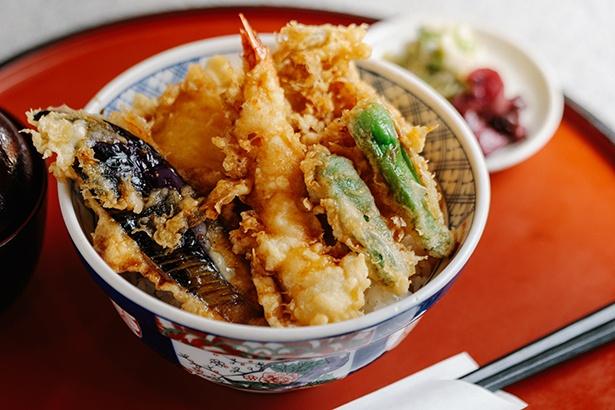 【写真を見る】B天丼950円。海鮮と野菜がバランス良く食べられると人気