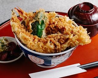 海老穴子丼(950円)は、丼からはみ出る迫力満点の一杯!男性でも大満足のボリュームだ