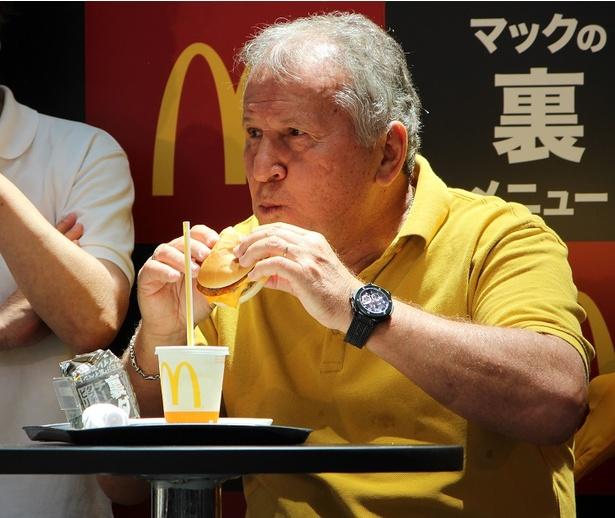 マクドナルドの「裏メニュー」を試食するジーコ氏