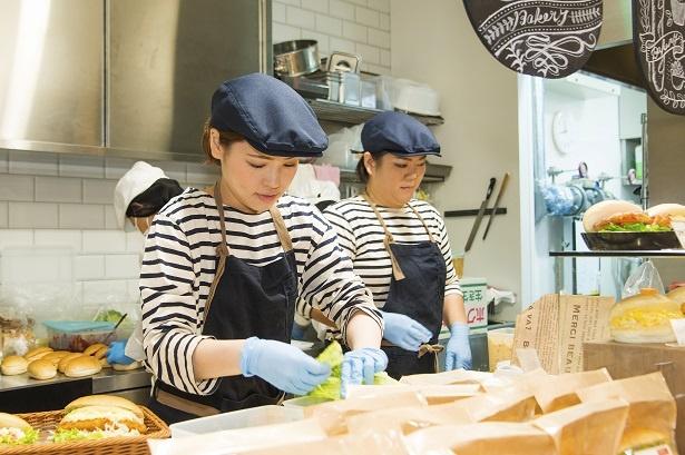 【写真を見る】セントラルキッチンから届いたコッペパンを中心に使い、日比谷店で調理している
