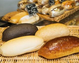 職人がひとつひとつ丁寧に焼いたパンを使い、店内で調理する