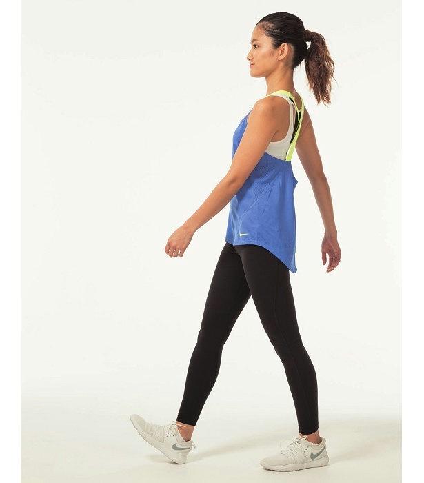 骨盤を立てて、体の軸はまっすぐに。顔は正面、ひざを伸ばして、かかとから着地