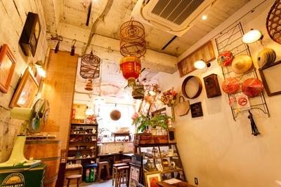 【写真を見る】台湾の家具や雑貨で埋め尽くされた店内。日本人にとってもどこか懐かしいデザインのものばかり