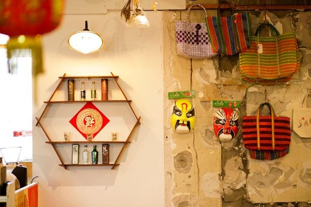店内に飾られているものは台湾から買い付けされたものをはじめ、日本の古道具なども。購入もできるので常に店内の装飾は入れ替わる